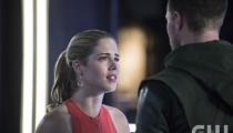 Emily Bett Rickards as Felicity Smoak and Stephen Amell as Oliver Queen. Photo Credit: Cate Cameron/The CW